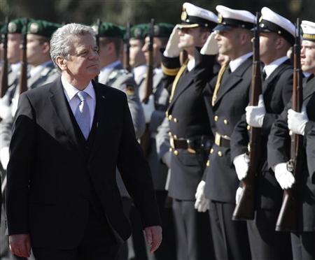 Newly elected German President Joachim Gauck inspects the guard of honour during a welcome ceremony at the presidential Bellevue palace in Berlin March 23, 2012. REUTERS/Tobias Schwarz