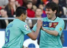 Alexis comemora gol com Messi durante partida da primeira divisão do campeonato espanhol contra o Real Mallorca no estádio Iberostar em Mallorca. Mesmo com dez jogadores, o Barcelona diminuiu a diferença que o separa do líder do Campeonato Espanhol (La Liga) Real Madrid, para três pontos, após o argentino Lionel Messi marcar neste sábado seu 35º gol da temporada na vitória por 2 a 0 contra o Real Mallorca. 24/03/2012   REUTERS/Enrique Calvo