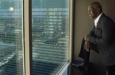 """Ex-campeão dos pesos pesados Mike Tyson olha pela janela de um quarto do MGM Grand Hotel e Casino em Las Vegas. Tyson, no mês que vem, espera se tornar um """"artista controlado, disciplinado"""" quando subir em um palco de Las Vegas para falar sobre sua vida tumultuada como ladrão na infância, lutador que morde orelhas, viciado e pai de oito filhos. 23/03/2012     REUTERS/Steve Marcus"""