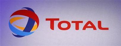 Логотип Total, сфотографированный во время презентации в Париже, 10 февраля 2012 года. Французская Total на пятилетку задержит выход Харьягинского нефтяного месторождения на пиковую добычу, снизив ее планку почти на 40 процентов, сообщил главный геолог Total Россия Рено Гоше на конференции Шельф России 2012. REUTERS/Jacky Naegelen