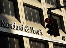 Логотип агентства Standard and Poor's на здании в Нью-Йорке, 2 августа 2011 года.  РФ может лишиться кредитного рейтинга инвестиционной категории, если среднегодовая цена на нефть Urals упадет до $60 за баррель и дефицит бюджета достигнет 8 процентов ВВП, показал стресс-тест международного рейтингового агентства Standard and Poor's. REUTERS/Brendan McDermid