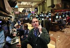 Трейдеры работают в зале Нью-Йоркской фондовой биржи, 22 марта 2012 г. Акции США открыли торги ростом котировок. REUTERS/Brendan McDermid