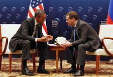 Президент США Барак Обама (слева) разговаривает с президентом РФ Дмитрием Медведевым перед началом Саммита по ядерной безопасности в Сеуле, 26 марта 2012 года.  Президент США Барак Обама дал понять, что сложная политика в год выборов помешает прорыву в обсуждении противоракетной обороны с Россией, предложив отложить решение этой проблемы до 2013 года. REUTERS/Larry Downing