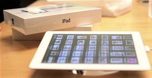 Новый iPad в магазине Apple в Сан-Франциско, 16 марта 2012 года. Новый iPad от Apple столкнулся в Австралии с серьезным препятствием: регулирующий орган страны обвинил компанию в недостоверной информации в ходе промо-акции. REUTERS/Robert Galbraith