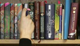 Livros de um lote de 550 cópias internacionais de Harry Potter que fazem parte de um leilão são vistos em prateleira na Bloomsbury Auctions, em Londres, em fevereiro de 2008. Os best-sellers de J.K. Rowling estão disponíveis pela primeira vez no formato e-book no novo site dedicado às aventuras do garoto mágico. 26/02/2008 REUTERS/Luke MacGregor