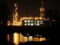 Вид на нефтеперерабатывающий завод недалеко от Ачинска, 28 апреля 2011 г. Взбодрившая рынок инициатива Минэнерго РФ снизить пошлины на нефть и нефтепродукты стала достоянием общественности уже после того, как министерство ее отвергло, сказали Рейтер два источника в ведомстве. REUTERS/Ilya Naymushin