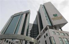 Здание офиса Сбербанка в Москве, 25 февраля 2010 года. Чистая прибыль Сбербанка РФ в четвертом квартале 2011 года, рассчитанная по международным стандартам, снизилась до 60,1 миллиарда рублей с 72 миллиарда рублей за тот же период 2010 года, сообщил банк. REUTERS/Sergei Karpukhin