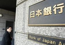 """Мужчина входит в здание Банка Японии в Токио, 17 марта 2009 года. Банк Японии готов проводить ультрамягкую денежно-кредитную политику так долго, как будет нужно, чтобы бороться с дефляцией и поддерживать экономику, но стратегия в стиле """"Операции твист"""" ФРС для ограничения долгосрочной доходности не потребуется, заявили регуляторы в среду. REUTERS/Kim Kyung-Hoon"""