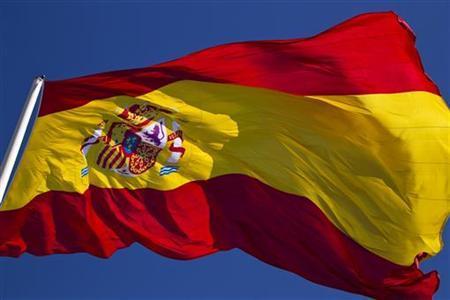 3月27日、スペインでは企業と家計がともに財布のひもを締め、政府予算は削られ、銀行貸し出しは振るわない状況となっている。このため長年にわたり経済が停滞し、最終的には救済を仰がざるを得なくなる可能性も。写真はスペイン国旗。マドリードで2月撮影(2012年 ロイター/Paul Hanna)