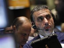 Трейдер работает в торговом зале фондовой биржи на Уолл-стрит в Нью-Йорке, 28 марта 2012 года. Уолл-стрит снизилась в среду, так как удешевление нефти и металлов дало инвесторам повод продавать сырьевые акции. REUTERS/Brendan McDermid
