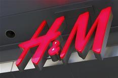 Логотип ритейлера H&M в Голливуде, 26 января 2011 года. Рост квартальной прибыли Hennes & Mauritz в первом квартале 2012 года оказался значительно ниже прогнозов из-за дисконтов и увеличивающихся издержек. REUTERS/Fred Prouser