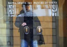 <p>Banca Monte dei Paschi di Siena a subi une perte nette de 4,69 milliards d'euros l'an dernier et a annoncé jeudi qu'elle ne verserait pas de dividende au titre de l'exercice 2011. /Photo prise le 20 janvier 2012/REUTERS</p>