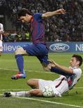Daniele Bonera (direita), do AC Milan, desafia Lionel Messi, do Barcelona, durante uma partida na Champions League no estádio de San Siro, em Milão, 28 de março de 2012. REUTERS/Alessandro Garofalo