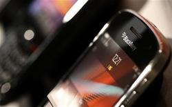 Смартфон BlackBerry в магазине в Берне, 13 февраля 2012 года. Канадская Research In Motion закончила четвертый квартал 2011 года чистым убытком на фоне первого снижения продаж своего классического смартфона BlackBerry. REUTERS/Pascal Lauener