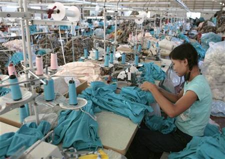 3月30日、タイ政府は、4月1日から最低賃金を40%引き上げる。中小企業の反対や、インフレ圧力の高まりにつながるとした中央銀行の懸念を押し切って公約を実行する。写真は2007年、タイの工場で撮影(2012年 ロイター/Sukree Sukplang)