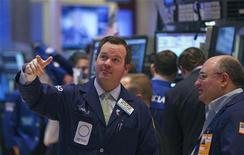 Трейдеры на торгах Нью-Йоркской фондовой биржи 21 марта 2012 года. Рынки акций США растут в начале последних торгов первого квартала. REUTERS/Lucas Jackson