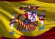 Испанский флаг на Пласа-де-Колон в Мадриде 15 февраля 2012 года. Испания установила целевой уровень дефицита бюджета в 2012 году на отметке 3,5 процента ВВП, в то время как бюджет соцзащиты будет сбалансирован с текущего дефицита, сообщил в пятницу министр финансов страны. REUTERS/Paul Hanna