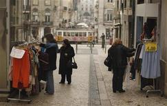 <p>Dans une rue de Lisbonne. Le déficit budgétaire du Portugal est tombé à 4,2% du produit intérieur brut (PIB) l'an dernier -contre 9,8% en 2010- soit sous l'objectif de 5,9% du PIB maximum fixé dans le cadre du plan de sauvetage de 78 milliards d'euros mis sur pied par l'UE et le FMI. /Photo prise le 26 janvier 2012/REUTERS/Rafael Marchante</p>