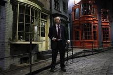 """Prefeito de Londres, Boris Johnson, faz tour em set do filme Harry Potter nos estúdios da Warner Brothers em Leavesden, norte de Londres. Um novo itinerário pelos estúdios onde foi filmada a série """"Harry Potter"""", nos arredores de Londres, se propõe a mostrar os """"heróis anônimos"""" - das costureiras aos magos dos efeitos especiais. 19/12/2011   REUTERS/Finbarr O'Reilly"""