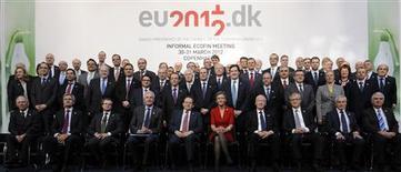 <p>Réunis vendredi à Copenhague, les ministres des Finances de la zone euro se sont mis d'accord pour porter la capacité d'intervention totale des fonds d'urgence destinés à juguler la crise des dettes souveraines au sein du bloc à quelque 800 milliards d'euros. /Photo prise le 30 mars 2012/REUTERS/Fabian Bimmer</p>