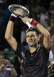 Djokovic, da Sérvia, cumprimenta o público após derrotar Ferrer, da Espanha, no aberto de tênis Sony Ericsson. O número 1 do ranking mundial de tênis, Novak Djokovic, passou na quinta-feira à semifinal do Masters de Miami após superar o espanhol David Ferrer (6-2 e 7-6). 29/03/2012   REUTERS/Andrew Innerarity