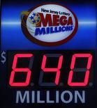 <p>Au moins trois joueurs ont coché les six bons numéros de la loterie américaine Mega Millions qui mettait en jeu vendredi la cagnotte record de 640 millions de dollars (480 millions d'euros). /Photo prise le 30 mars 2012/REUTERS/Gary Hershorn</p>
