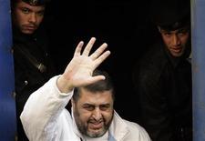 <p>خيرت الشاطر يلوح بيده اثناء محاكمته امام القضاء العسكري في القاهرة يوم 10 ديسمبر كانون الاول 2007 - رويترز</p>