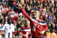 Eden Hazard, do Lille, comemora após ter marcado um pênalti durante partida contra o Toulouse, em  Villeneuve d'Ascq, perto de Lille. 01/04/2012 REUTERS/Pascal Rossignol