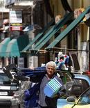 <p>Vendeur à la sauvette dans les rues de Pomigliano d'Arco, près de Naples, en Italie. Le taux de chômage corrigé des variables saisonnières s'est élevé à 9,3% en février en Italie, contre 9,1% en janvier, soit son niveau le plus haut depuis 2004. /Photo d'archives/REUTERS/Stefano Renna/Agnfoto</p>