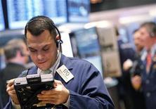 Трейдер работает в торговом зале биржи на Уолл-стрит в Нью-Йорке, 30 марта 2012 года. Американские акции начали второй квартал подъемом, при этом индекс S&P 500 обновил четырехлетний максимум, так как производственные данные из США и Китая улучшили прогноз экономического роста. REUTERS/Brendan McDermid