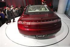 Новый автомобиль 2013 Lincoln MKZ, показанный на пресс-конференции в Нью-Йорке, 2 апреля 2012 года. Ford Motor Co решила возродить марку Lincoln и готовится выпустить сразу несколько моделей автомобилей, рассчитанных на более молодых и состоятельных покупателей. REUTERS/Shannon Stapleton