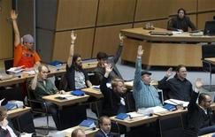 """Депутаты от Пиратской партии голосуют на заседании в законодательном собрании Берлина 27 октября  2011. Популярность немецкой Пиратской партии заметно растет после ее хороших результатов на региональных выборах, что сулит Германии """"большую коалицию"""" двух крупнейших партий в следующем году, показал опрос общественного мнения. REUTERS/Thomas Peter"""