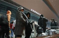 Люди возле аэропорта Домодедово, 24 января 2011 года. На столичный аэропорт Домодедово теперь претендуют два покупателя: инвестфонд А1 совместно с финансовой госкорпорацией Внешэкономбанк и группа Сумма Зиявудина Магомедова с поддержкой Сбербанка, каждый из которых готов предложить сумму в диапазоне $2,8-3,2 миллиарда, сообщили источники, близкие к переговорам. REUTERS/Denis Sinyakov