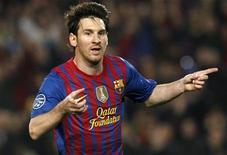 Lionel Messi, do Barcelona, comemora ter marcado seu segundo pênalti contra o AC Milan durante a partida no Camp Nou em Barcelona, 3 de abril de 2012. REUTERS/Albert Gea