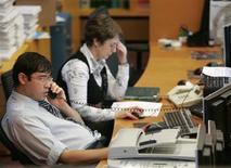 Трейдеры работают на бирже ММВБ в Москве, 15 сентября 2008 года. Российские акции снижаются в начале торгов среды после предыдущих трех сессий роста, следуя за иностранными площадками. REUTERS/Alexander Natruskin