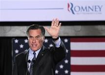 Кандидат в президенты США Митт Ромни выступает перед сторонниками в Милуоки, 3 апреля 2012 года. Митт Ромни сделал большой шаг к тому, чтобы побороться за пост президента США от партии республиканцев, выиграв в трех праймериз во вторник и нанеся чувствительное поражение основному сопернику - Рику Санторуму. REUTERS/Darren Hauck