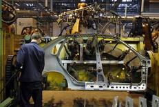 Сотрудник Автоваза на заводе компании в Тольятти 25 сентября 2009 года. Российский автогигант Автоваз в среду начал производство новой модели Lada Largus на платформе В0, разработанной французским автоконцерном Renault. REUTERS/Denis Sinyakov