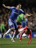 Frank Lampard, do Chelsea (E), disputa lance com Bruno César, do Benfica, em partida vencida pelo time inglês por 2 x 1 nesta quarta-feira.  REUTERS/Stefan Wermuth