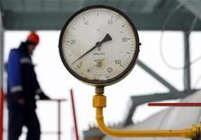 Датчик давления на газовой компрессорной станции Газпрома в Судже, 14 января 2009 года. Госхолдинг Нафтогаз Украины, основной импортер газа и монополист по транзиту топлива из России в Европу, получил в 2011 году прибыль против убытка в 2010 году, несмотря на высокую цену российского газа, отказ от обещанного повышения цен для населения и выросшую себестоимость. REUTERS/Denis Sinyakov