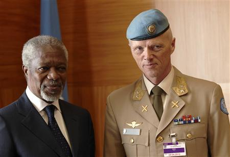 The Joint Special Envoy for Syria, Kofi Annan (L) poses with Major-General Robert Mood of Norway during a meeting at the United Nations in Geneva April 4, 2012. REUTERS/Denis Balibouse