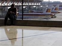 Женщина ждет своего рейса в аэропорту в Мадриде, 7 декабря 2011 года. Пилоты испанской авиакомпании Iberia, входящей в International Airlines Group, проводят в понедельник забастовку, которая привела к отмене более 150 рейсов. REUTERS/Paul Hanna