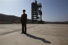 Солдат охраняет ракетную пусковую площадку в Северной Корее. Фото сделано в ходе организованного властями страны тура для представителей мировой прессы 8 апреля 2012. Северная Корея сообщила, что готовит новый пуск метеоспутника, призванный продемонстрировать способность изолированного государства достичь ракетой Соединенных Штатов Америки. REUTERS/Bobby Yip