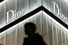 <p>Dior, sans couturier pendant plus d'un an, s'apprête à tourner une nouvelle page de son histoire avec la nomination de Raf Simons comme directeur artistique, un créateur considéré par les milieux de la mode comme l'un des plus doués de sa génération, mais aux antipodes de John Galliano. /Photo d'archives/REUTERS/Issei Kato</p>