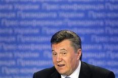 Президент Украины Виктор Янукович на пресс-конференции в Киеве 21 декабря 2011 года. Правительство Украины нашло способ выполнить многочисленные предвыборные обещания президента Виктора Януковича, предложив Верховной Раде увеличить расходы и доходы госбюджета 2012 года на 33,3 миллиарда гривен ($4,2 миллиарда). REUTERS/Gleb Garanich