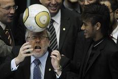 Marco Maia, presidente da Câmara, tenta cabecear bola ao lado do atacante Neymar durante sessão de homenagem ao centenário do Santos nesta terça-feira. REUTERS/Ueslei Marcelino