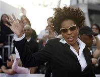 """Singer Macy Gray waves as she arrives at the premiere of the documentary """"This Is It"""" in Los Angeles October 27, 2009. The documentary includes interviews, rehearsals and backstage footage of Michael Jackson as he prepared for his shows in London and opens in the U.S. on October 28. REUTERS/Mario Anzuoni"""