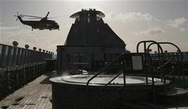 Um helicóptero da Guarda Costeira Irlandesa chega para evacuar um homem sofrendo de um mal cardíaco no navio do Titanic Memorial Cruise MS Balmoral, no Oceano Atlântico na costa da Irlanda, 10 de abril de 2012. REUTERS/Chris Helgren