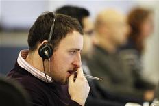 Трейдер следит за ходом торгов в Лондоне, 9 декабря 2011 года. Европейские рынки акций упали до 10-недельного минимума во вторник на фоне возобновления опасений о мировом росте. REUTERS/Finbarr O'Reilly