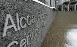Люди выходят из бизнес-центра Alcoa в Питтсбурге, 13 февраля 2007 года. Алюминиевый гигант Alcoa к удивлению аналитиков сообщил о прибыли в первом квартале после убыточного четвертого квартала благодаря повышению спроса в аэрокосмической промышленности и автомобилестроении. REUTERS/Jason Cohn