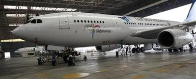 <p>Airbus a confirmé mercredi la commande par la compagnie Garuda Indonesia de 11 exemplaires de son gros porteur A330-300, un contrat d'un montant de 2,54 milliards de dollars (1,94 milliard d'euros) au prix catalogue. /Photo d'archives/REUTERS/Dadang Tri</p>